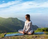 Asana Baddha Konasana di yoga di pratica della donna all'aperto Immagini Stock Libere da Diritti
