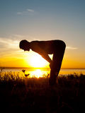 Asana d'esecuzione dell'atleta di yoga Fotografia Stock Libera da Diritti