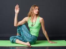 Asana d'esecuzione di yoga della donna Fotografia Stock