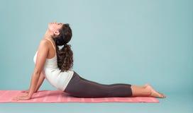 Asana d'esecuzione di yoga della giovane donna Fotografia Stock Libera da Diritti