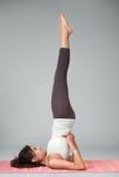 Asana d'esecuzione di yoga della giovane donna Immagini Stock