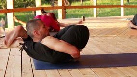 Asana de Yoganidrasana: Seminário da ioga que está sendo conduzido pelo instrutor video estoque