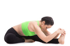 Asana di andata di yoga della curvatura del Testa--ginocchio Fotografia Stock