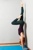Asana di pratica di yoga della bella donna Fotografia Stock