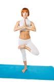 Asana di pratica di yoga della giovane donna Immagini Stock