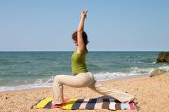 Asana di yoga di pratica della donna Fotografia Stock