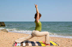 Asana di yoga di pratica della donna Immagine Stock