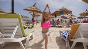 Asana för yoga för lycklig flickatonåring praktiserande på sommarstranden på havsbakgrund lager videofilmer