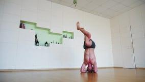 Asana Headstand йоги человека практикуя сток-видео