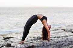 Asana traseiro Urdhva Dhanurasana da ioga das práticas bonitas da jovem mulher fotografia de stock royalty free
