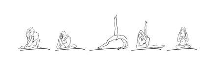 Asanas йоги женщины выполняя Стоковое Фото