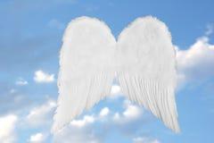Asas celestiais do anjo no céu da fantasia Fotografia de Stock