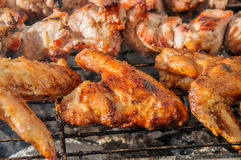 Asas de Chiken e no espeto roasted suculentos e no BBQ fotografia de stock