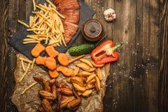 Asas de frango frito com batatas fritas Imagens de Stock