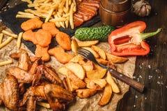 Asas de frango frito com batatas fritas Foto de Stock Royalty Free