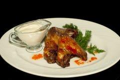Asas de frango frito com molho de assado Foto de Stock Royalty Free