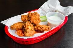 Asas de frango frito com molho do rancho Imagem de Stock Royalty Free