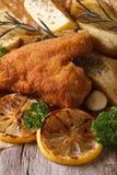 Asas de frango frito na massa com os vegetais verticais imagem de stock royalty free