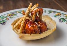 Asas de galinha com molho de assado Imagens de Stock Royalty Free