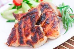 Asas de galinha com salada Foto de Stock Royalty Free