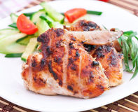 Asas de galinha com salada Fotos de Stock