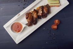 Asas de galinha cozidas com alho e pepino e cenouras Fundo do alimento com espaço da cópia Vista superior fotos de stock