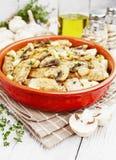 Asas de galinha cozidas com cogumelos imagem de stock royalty free