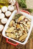 Asas de galinha cozidas com cogumelos imagem de stock