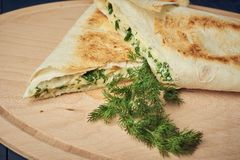 Asas de galinha cozidas com ervilhas e cebola na placa de madeira, vegetariano fotos de stock
