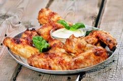Asas de galinha cozidas na tabela de madeira Foto de Stock Royalty Free