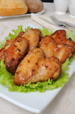 Asas de galinha cozidas com alho imagem de stock