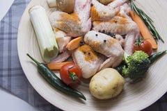 Asas de galinha cruas com especiarias e vegetais do pimentão Imagens de Stock