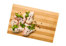 Asas de galinha cruas com especiarias em uma placa de corte Fotografia de Stock