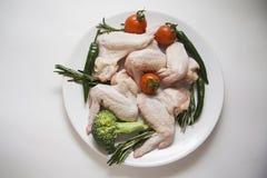 Asas de galinha cruas com os alecrins picantes Fotografia de Stock Royalty Free
