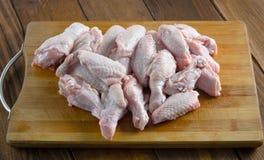 Asas de galinha cruas na madeira Imagem de Stock Royalty Free