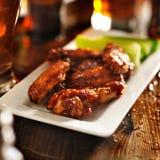 Asas de galinha do BBQ com aipo na placa Imagem de Stock