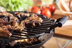 Asas de galinha do churrasco na grade do assado Imagens de Stock