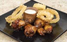 Asas de galinha e anéis de cebola Fotografia de Stock
