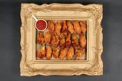 Asas de galinha em um quadro, vista de cima de Foto de Stock