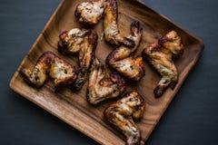 Asas de galinha em uma placa de madeira Imagens de Stock Royalty Free