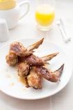 Asas de galinha friáveis com molho alaranjado Imagens de Stock Royalty Free