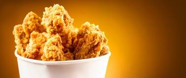Asas de galinha fritada Cubeta completamente do frango frito friável de kentucky foto de stock