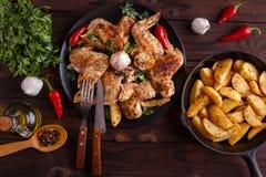 Asas de galinha grelhadas, batatas cozidas, ervas e especiarias no kitch fotos de stock