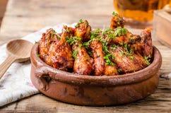 Asas de galinha grelhadas com cerveja Imagem de Stock Royalty Free