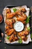 Asas de galinha grelhadas com molho branco Imagens de Stock