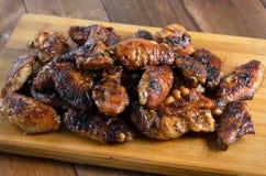 Asas de galinha grelhadas na madeira Imagem de Stock