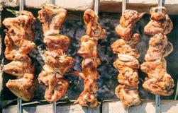Asas de galinha grelhadas no carvões fotografia de stock royalty free