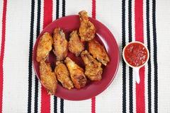 Asas de galinha na tabela Imagens de Stock