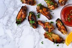Asas de galinha no molho alaranjado cozido Imagens de Stock