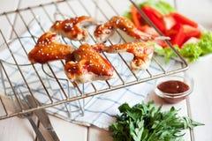 Asas de galinha picantes quentes do BBQ na grade com molho Fotografia de Stock